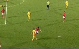 VIDEO: Đạp cầu thủ Nam Định, Lee Nguyễn lập tức nhận thẻ đỏ