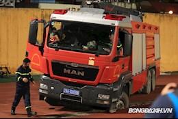 Xe cứu hỏa sụt cống trên sân Hàng Đẫy