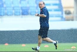 """HLV Park Hang Seo khiến học trò cười vỡ bụng vì """"chạy mưa"""""""
