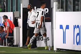 Bị thay ra trong trận giao hữu, Cristiano Ronaldo từ chối bắt tay HLV