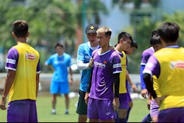 U22 Vietnam train physically in the midday sun before the day they meet their seniors
