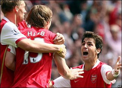 Van Persie chia vui với Hleb sau bàn thắng quyết định hình ảnh